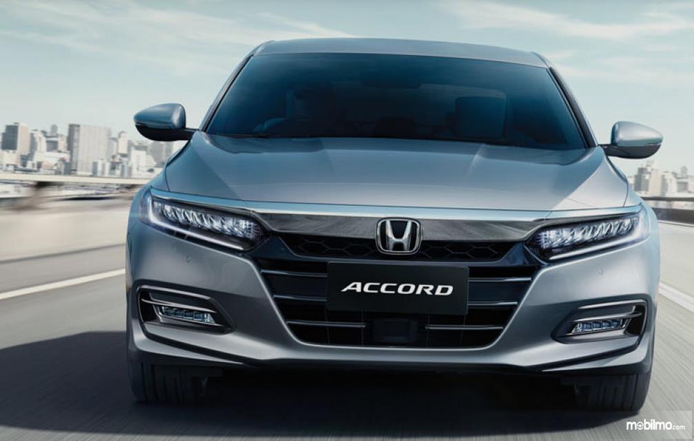 Gambar ini menunjukkan mobil Honda Accord tampak bagian depan