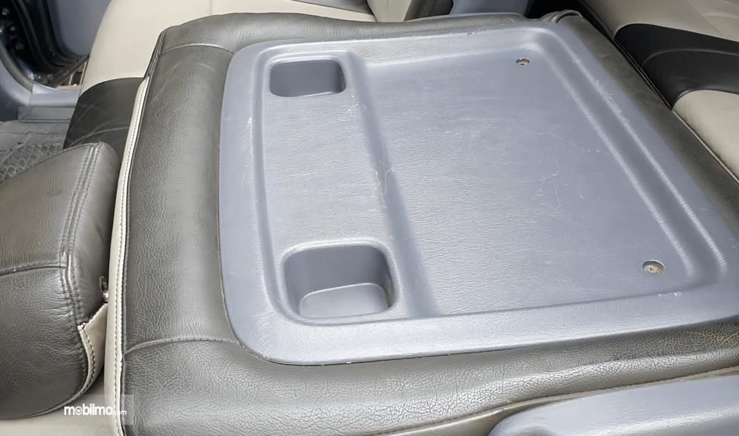 Gambar ini menunjukkan jok mobil mobil Toyota Ipsum 1999 yang dilipat
