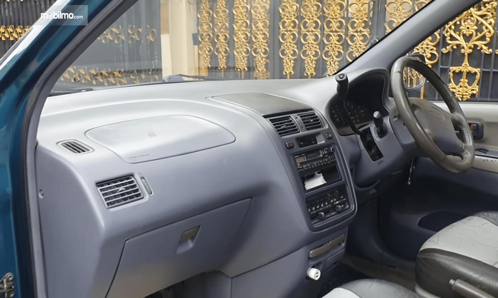 Gambar ini menunjukkan kabin depan mobil mobil Toyota Ipsum 1999