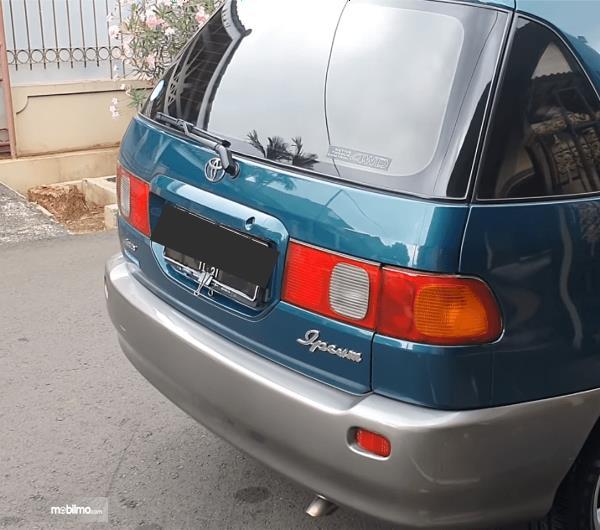 Gambar ini menunjukkan bagian belakang mobil Toyota Ipsum 1999