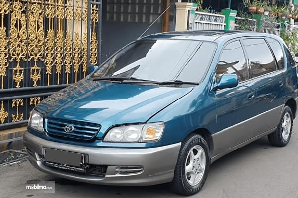 Gambar  ini menunjukkan bagian depan mobil Toyota Ipsum 1999