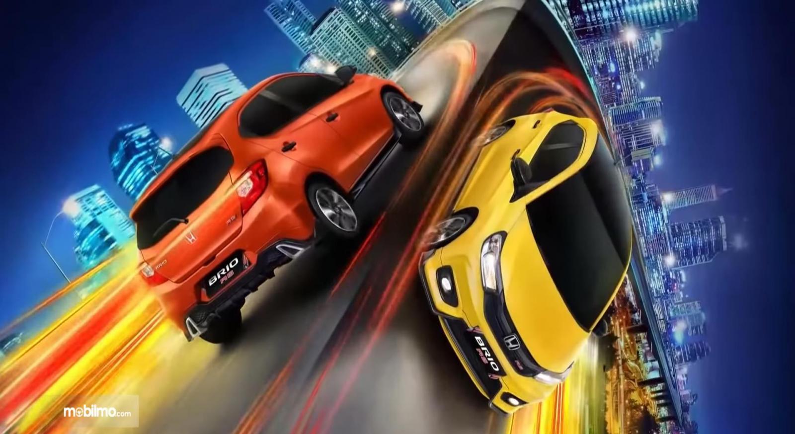 GAmbar ini menunjukkan 2 buah pilihan warna mobil New Honda Brio RS Urbanite Edition