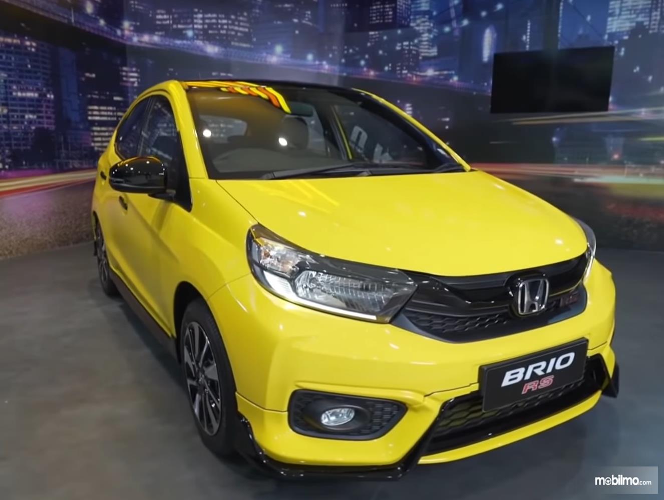 Gambar ini menunjukkan  bagian depan mobil New Honda Brio RS Urbanite Edition