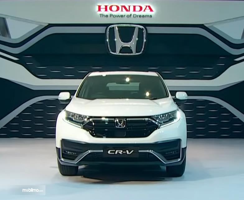 Gambar ini menunjukkan mobil Honda CR-V Facelift tampak depan