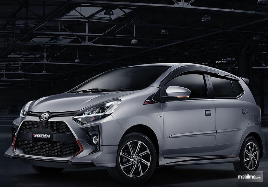 gambar ini menunjukkan mobil Toyota Agya tampak depan dan samping kiri