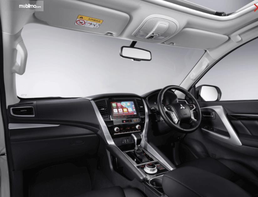 Gambar ini menunjukkan kabin depan mobil Mitsubishi New Pajero Sport Dakar Ultimate 4x4 AT 2021