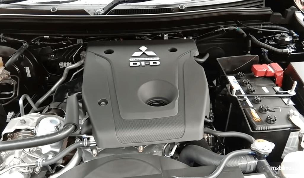Gambar ini menunjukkan mesin mobil Mitsubishi New Pajero Sport Dakar Ultimate 4x4 AT 2021