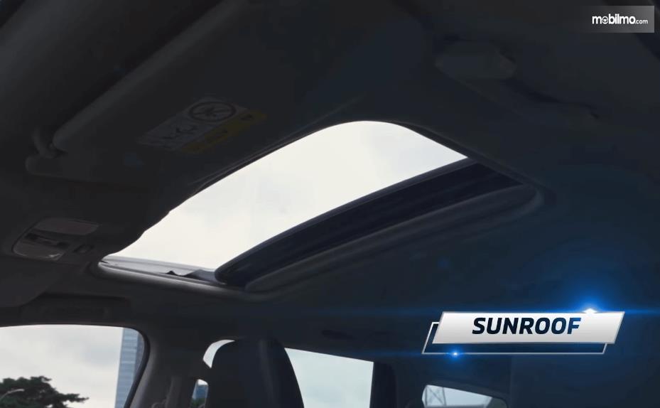 Gambar ini menunjukkan sunroof mobil Mitsubishi New Pajero Sport Dakar Ultimate 4x4 AT 2021