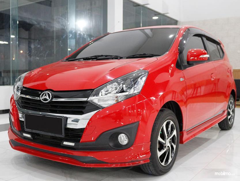 Gambar ini menunjukkan mobil Daihatsu Ayla merah tampak depan