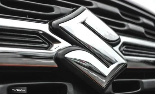 Gambar ini menunjukkan logo Suzuki warna krom