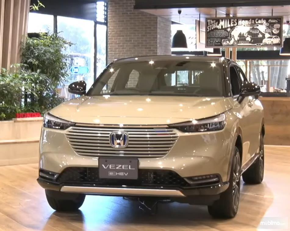 Gambar ini menunjukkan sisi depan mobil All New Hezel e: HEV