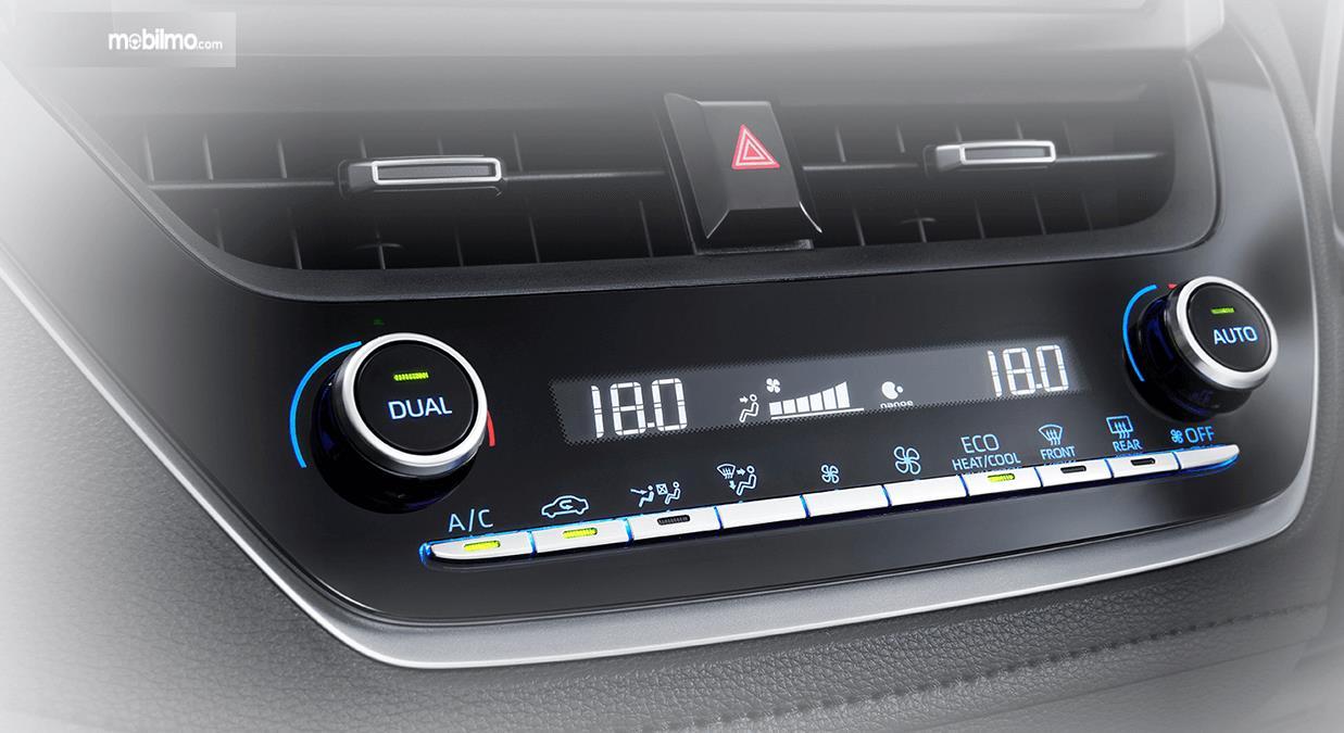 Gambar ini menunjukkan pengaturan AC Mobil Toyota Corolla Altis Hybrid 2019