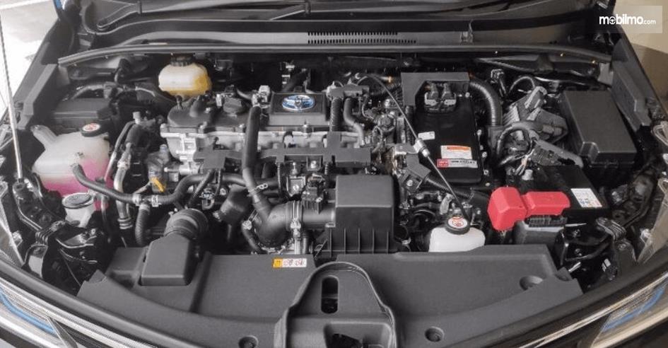 Gambar ini menunjukkan mesin Mobil Toyota Corolla Altis Hybrid 2019