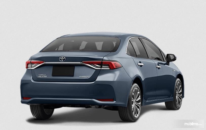 Gambar ini menunjukkan sisi belakang Mobil Toyota Corolla Altis Hybrid 2019