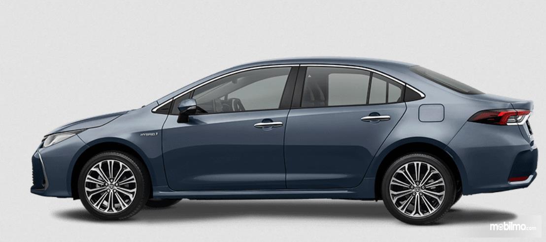 Gambar ini menunjukkan sisi samping Mobil Toyota Corolla Altis Hybrid 2019