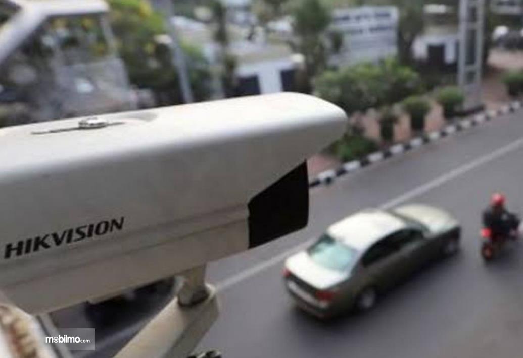 Gambar ini menunjukkan kamera CCTV mengarah ke jalan