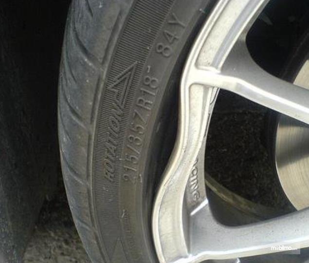 Gambar ini menunjukkan pelek mobil dalam kondisi peyang