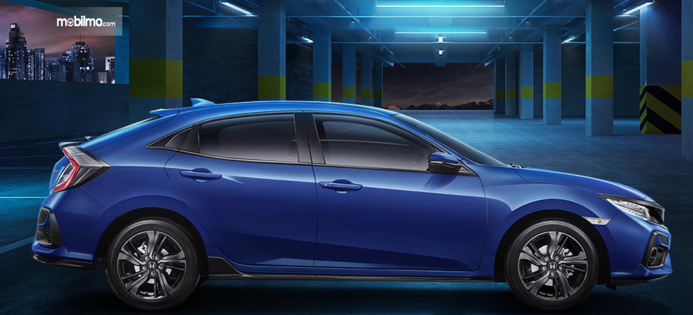 Gambar ini menunjukkan mobil Honda Civic Hatchback RS tampak samping