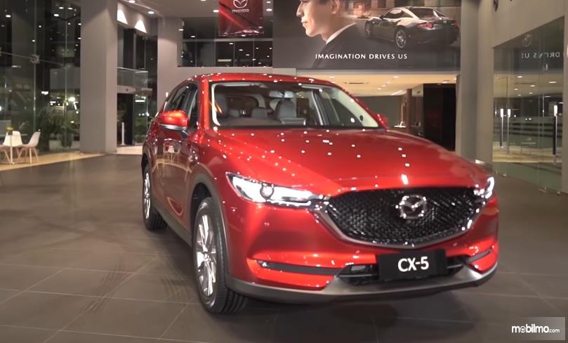 Gambar ini menunjukkan mobil New Mazda CX-5 GT merah tampak depan