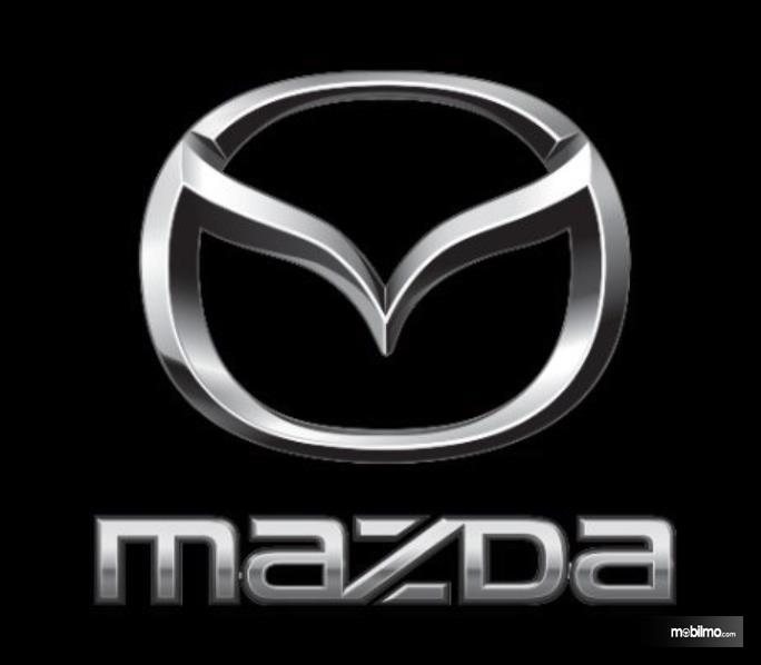 Gambar ini menunjukkan logo dan tulisan Mazda warna krom