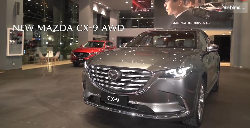 Gambar ini menunjukkan Mobil New Mazda CX-9 AWD 2021 tampak depan