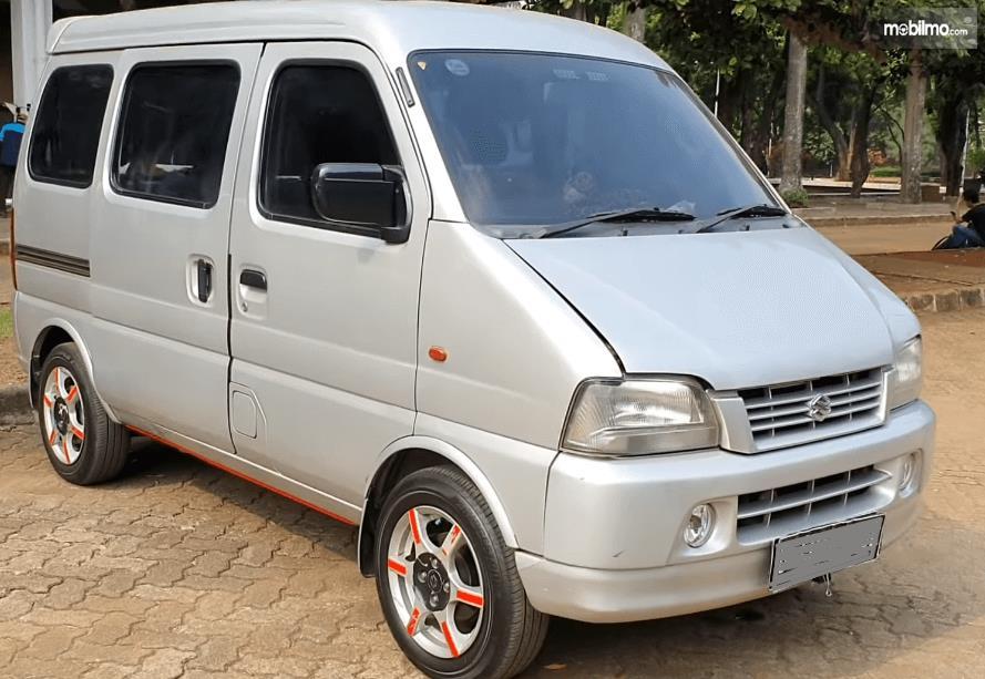 Gambar ini menunjukkan bagian kanan dan depan Suzuki Every 2004