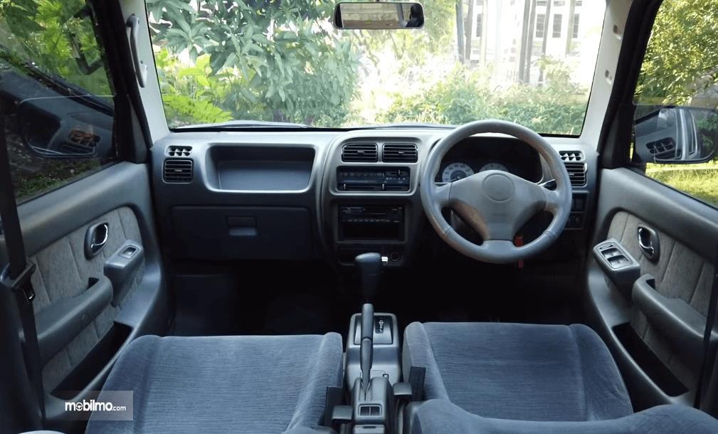 Gambar ini menunjukkan kabin depan mobil Suzuki Every 2004
