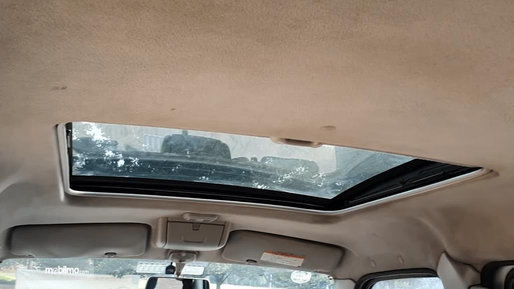 Gambar ini menunjukkan panoramic sunroof pada mobil Suzuki Every 2004