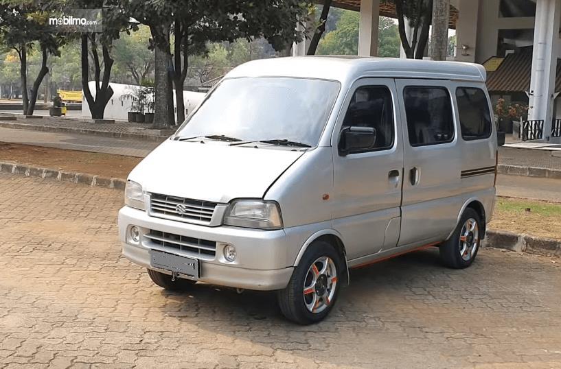 Gambar ini menunjukkan sisi depan dan samping kiri Suzuki Every 2004