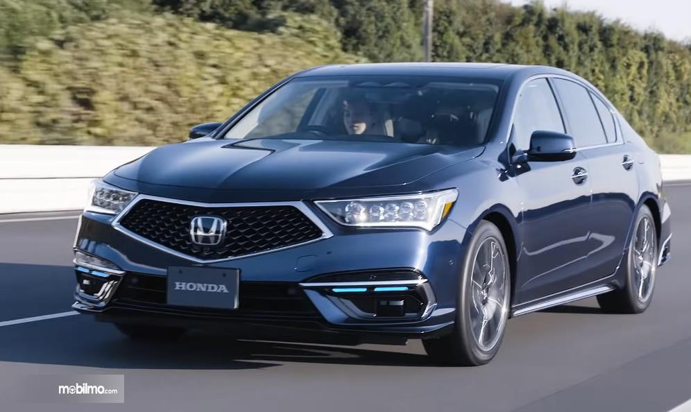 Gambar ini menunjukkan mobil All New Honda Legend Hybrid EX tampak depan