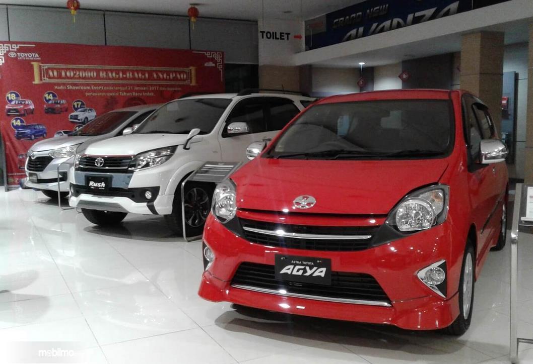 Gambar ini menunjukkan beberapa mobil di diler mobil Toyota