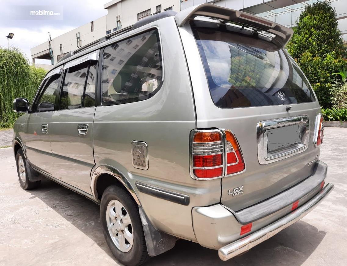 Gambar ini menunjukkan bagian belakang Mobil Toyota Kijang LGX 2003 Diesel