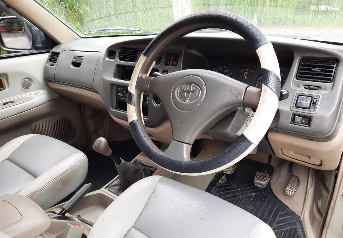 Gambar ini menunjukkan dashboard dan kemudi  Mobil Toyota Kijang LGX 2003 Diesel