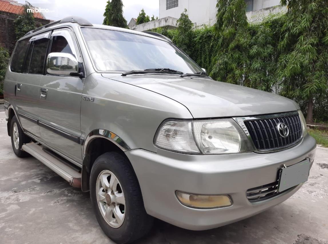 gambar ini menunjukkan sisi depan Mobil Toyota Kijang LGX 2003 Diesel