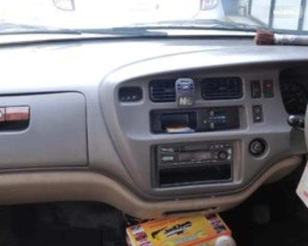 Gambar ini menunjukkan head unit Mobil Toyota Kijang LGX 2003 Diesel