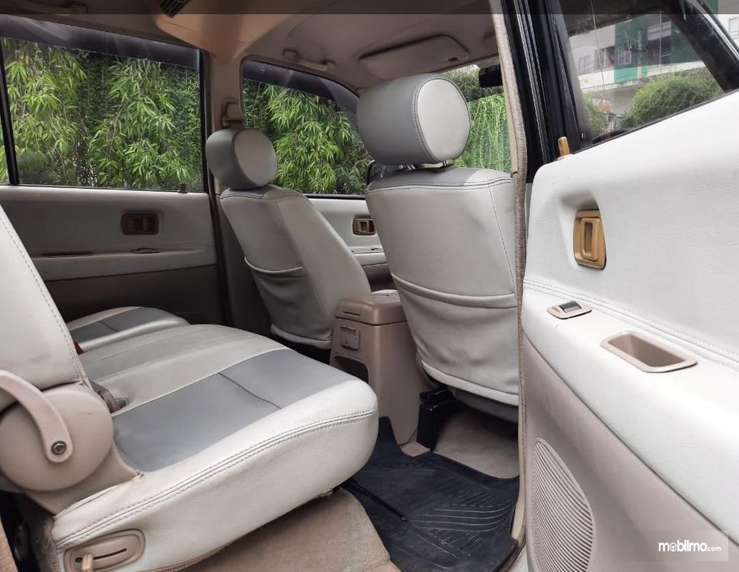 Gambar ini menunjukkan jok Mobil Toyota Kijang LGX 2003 Diesel