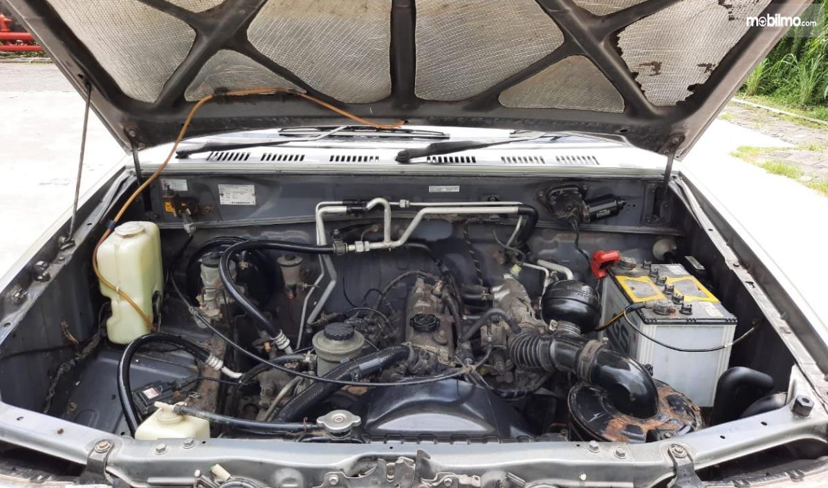 Gambar ini menunjukkan mesin Mobil Toyota Kijang LGX 2003 Diesel