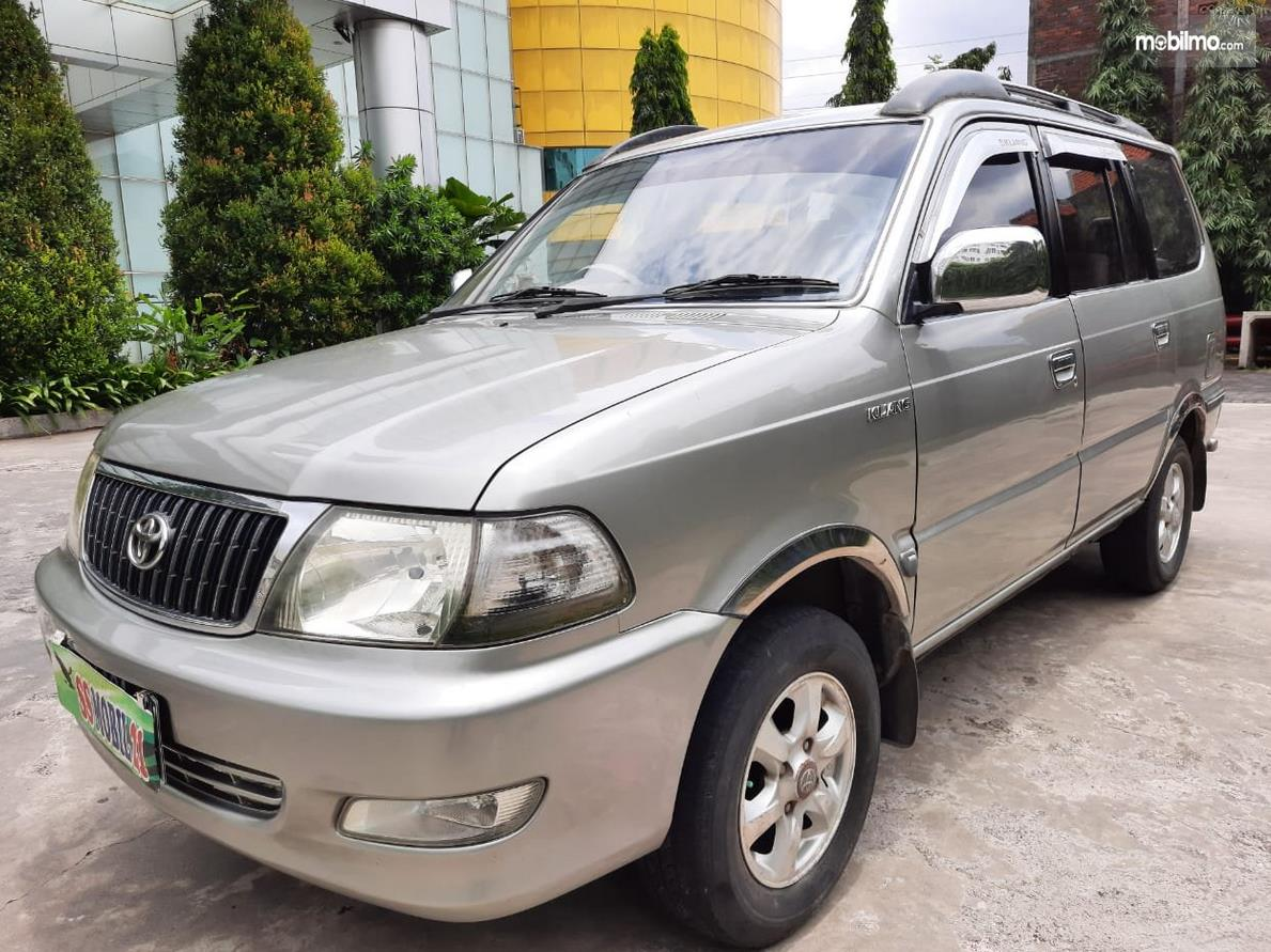 Gambar ini menunjukkan bagian samping Mobil Toyota Kijang LGX 2003 Diesel