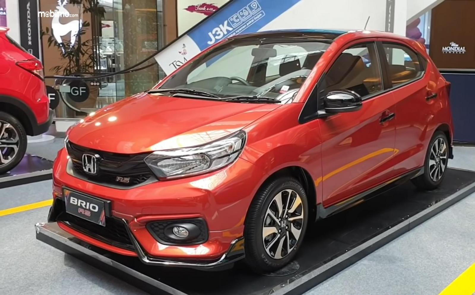 Gambar ini menunjukkan mobil Honda Brio RS Urbanite