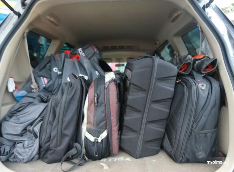 Gambar ini menunjukkan barang di bagasi mobil