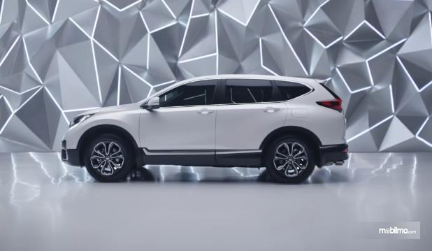 Gambar ini menunjukkan mobil New Honda CR-V tampak samping