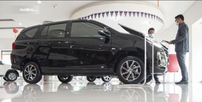 Gambar ini menunjukkan mobil baru di diler