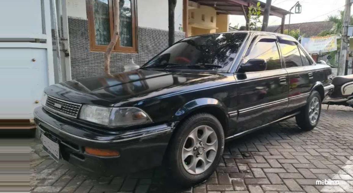 Gambar ini menunjukkan mobil dengan warna hitam tampak samping