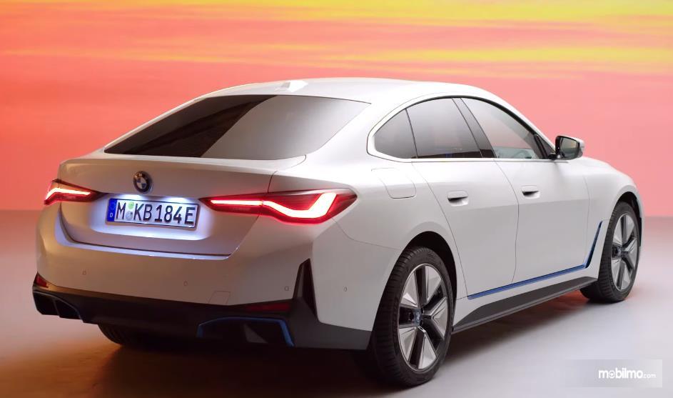 Gambar ini menunjukkan bagian belakang mobil baru BMW i4