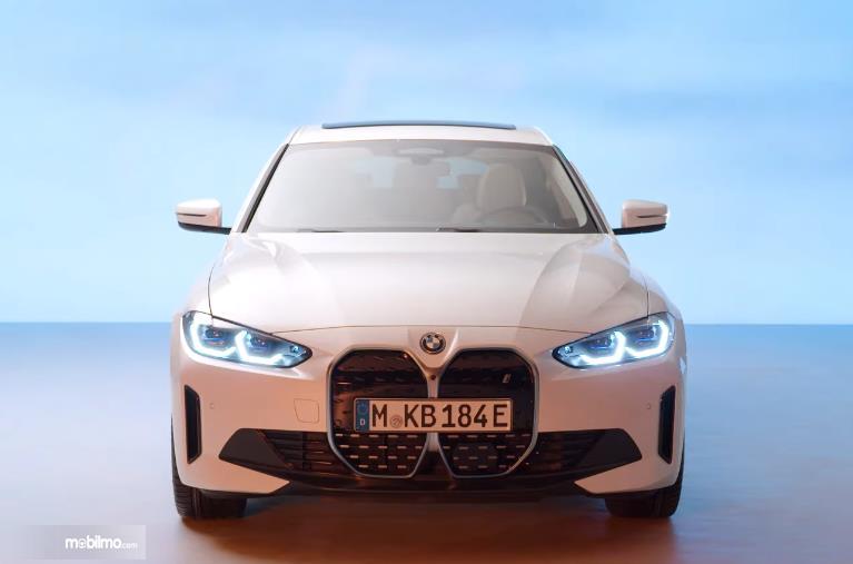 Gambar ini menunjukkan bagian depan mobil baru BMW i4