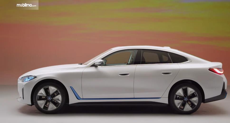 Gambar ini menunjukkan bagian samping mobil baru BMW i4