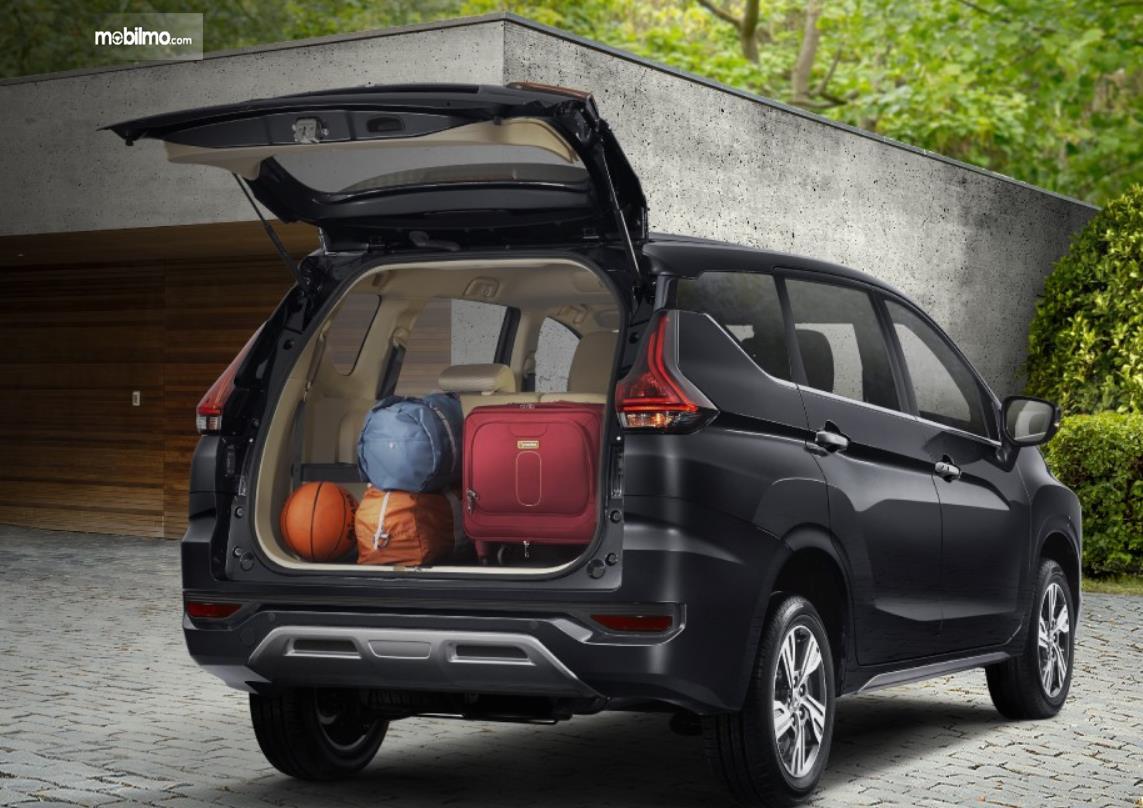 Gambar ini menunjukkan barang di bagasi mobil Mitsubishi Xpander