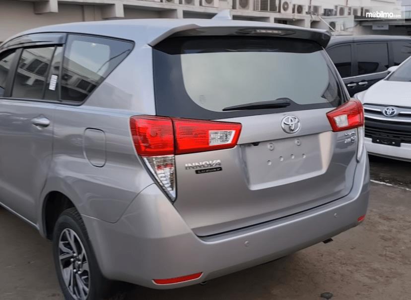 Gambar ini menunjukkan bagian belakang Toyota Kijang Innova G Luxury Facelift AT 2020