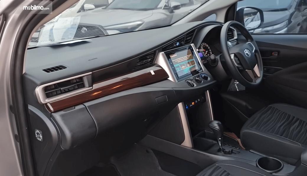 Gambar ini menunjukkan dashboard dan kemudi Toyota Kijang Innova G Luxury Facelift AT 2020