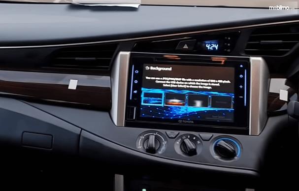 Gambar ini menunjukkan head unit dan pengaturan AC Toyota Kijang Innova G Luxury Facelift AT 2020